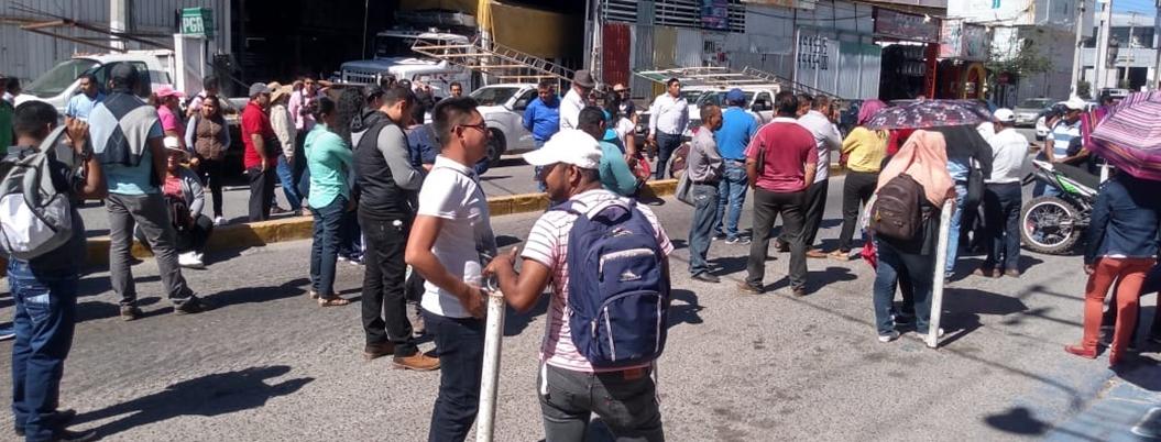 Estudiantes de Prepas Populares protestan en oficinas de la SEG