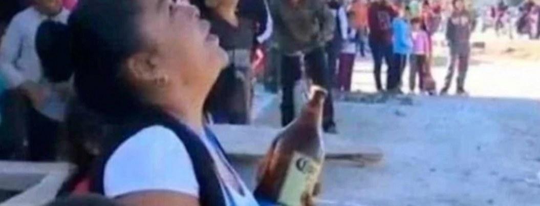 Mujer ofrece caguama a suicida para que no salte de torre de CFE