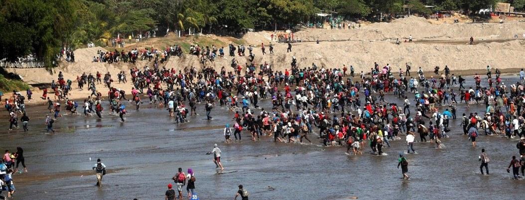 Cientos de migrantes cruzan río Suchiate rumbo al sueño americano