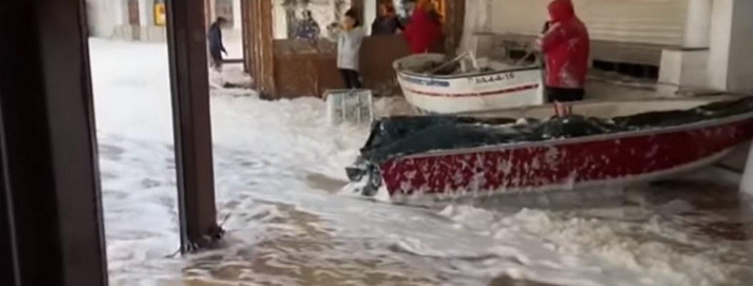 Mar espumoso cubre de blanco localidad española