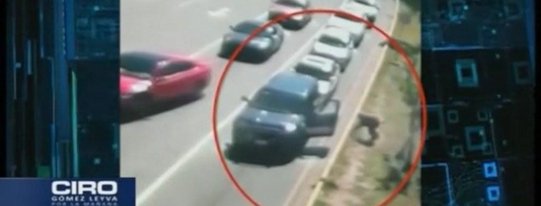 Atentan contra policía; salta de auto para evitar disparos| VIDEO