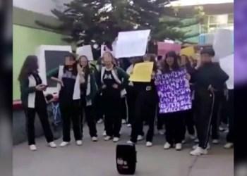 Niñas protestan: director de secundaria dice que provocan acoso 1