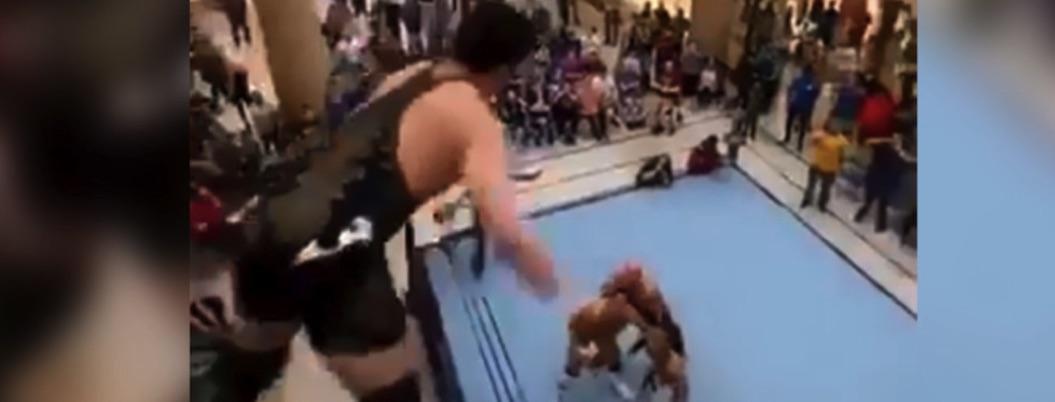 Luchador se lanza de segundo piso contra rivales en ring de un mall
