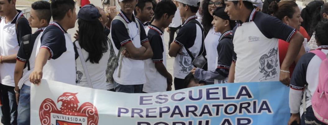Marchan alumnos y maestros de Prepas Populares en Chilpancingo