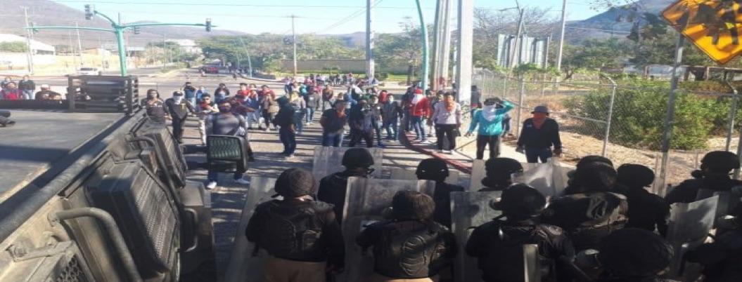 Reprimen a normalistas de Ayotzinapa y padres de los 43 en Chiapas