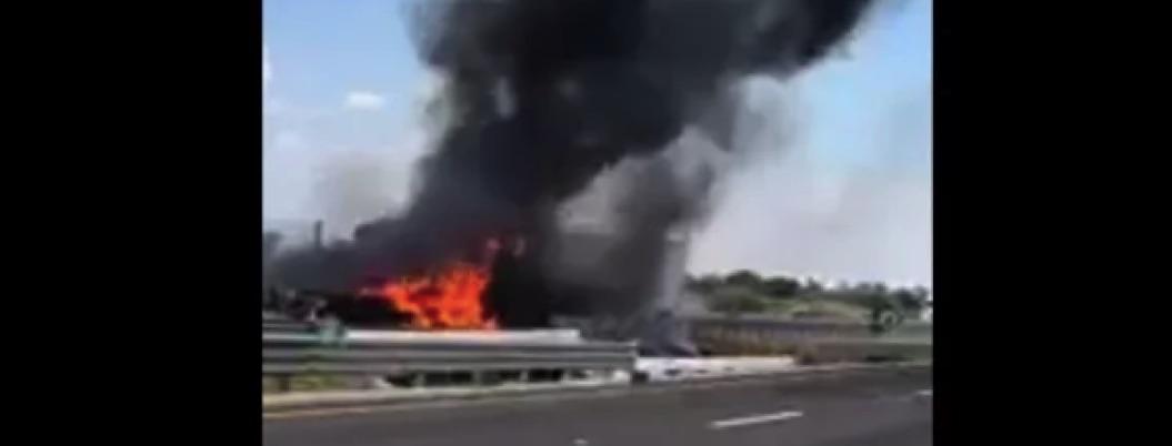 Grupos armados bloquean carreteras en Guanajuato; incendian autos