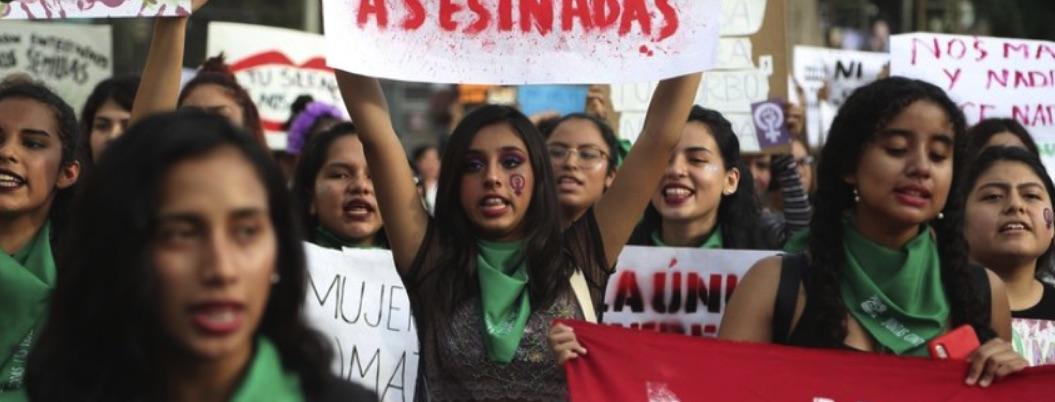 Mujeres marchan en protesta contra el machismo en Perú