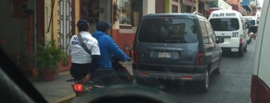 Tránsito de Chilpancingo multa por no usar casco a agente en moto