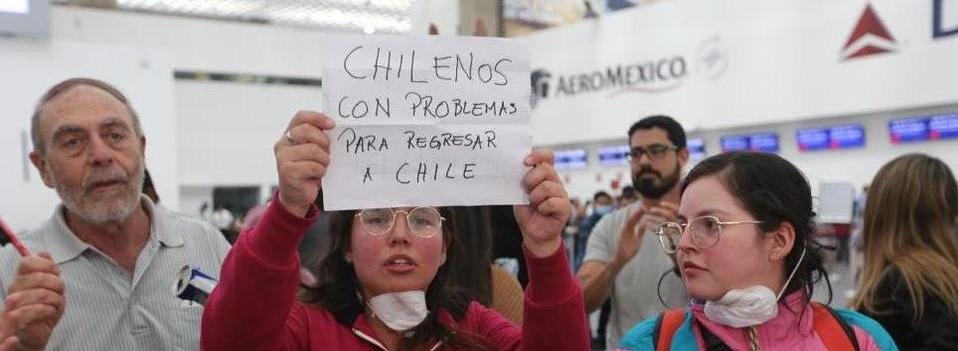 Pasajeros varados protestan en AICM tras cancelación de vuelos