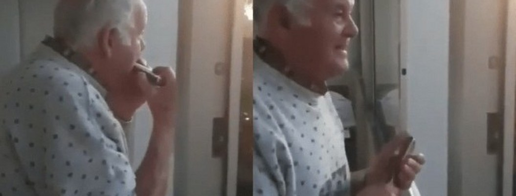Abuelito toca armónica desde su balcón para vecinos en cuarentena