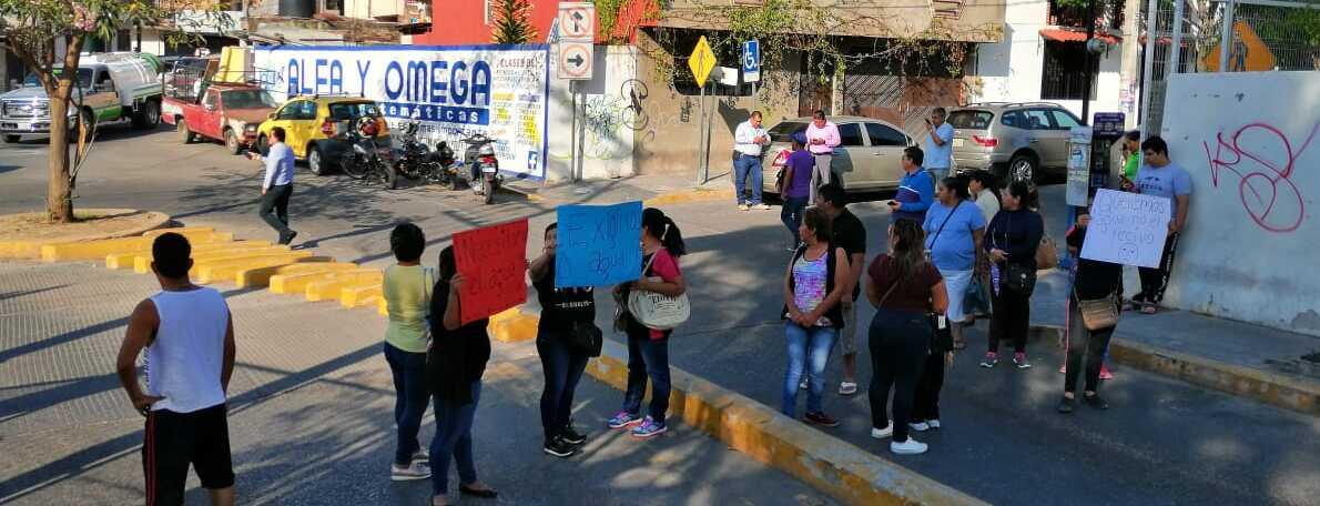 Colonos bloquean calle por desabasto de agua en Chilpancingo