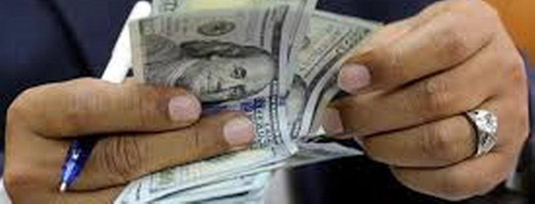 Dólar baja 4 centavos tras reportar mayor alza desde 2016