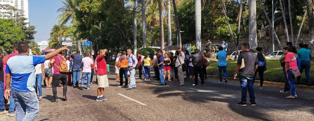 En plena epidemia, jubilados bloquean la Costera; exigen pagos