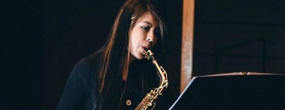 Saxofonista atacada con ácido denuncia irregularidades en su caso