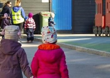 Noruega pequeños vuelven a la escuela