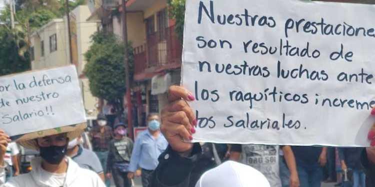 Trabajadores de la UAGro marchan en Chilpancingo; rechazan pagar el ISR 1