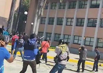 Normalistas de Ayotzinapa vandalizan el Congreso de Guerrero 5