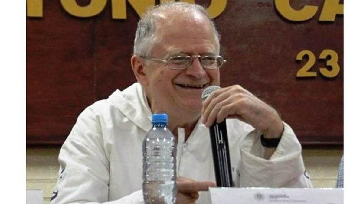 A toda la poesía le hace falta un cambio sustancial, afirma Marco Antonio Campos 2