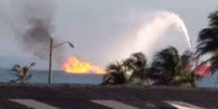 PEMEX controla incendio en oleogasoducto frente a Dos Bocas 1