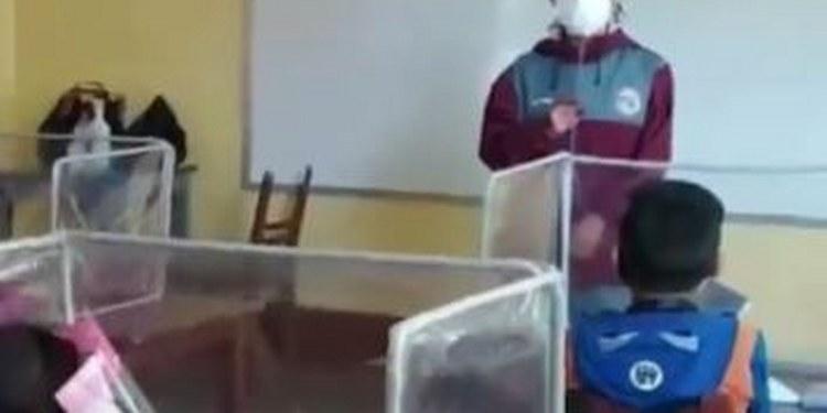 Con sus recursos, maestra pone cubículos antiCovid para sus alumnos 1
