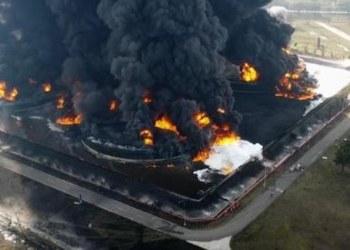 Evacuán a una aldea en Indonesia por fuerte incendio en refinería 3