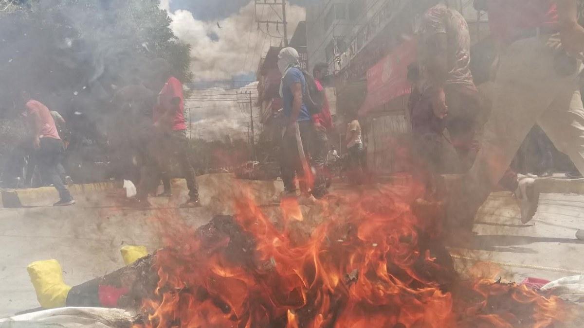 Normalistas de Ayotzinapa destrozan casa de campaña de Evelyn Salgado 1