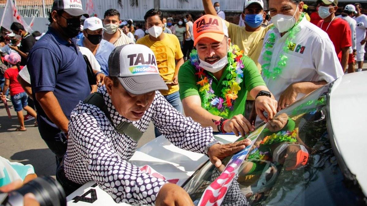 Ricardo Taja recorre la colonia Icacos con el respaldo de habitantes 1
