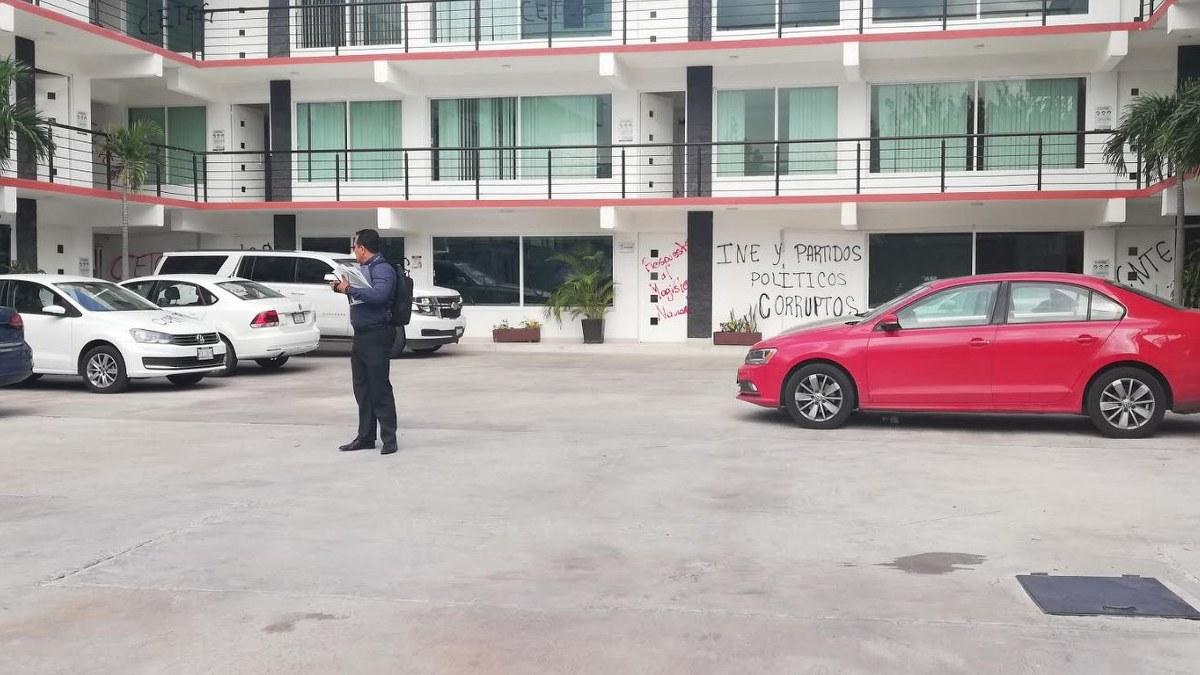 Docentes de la CETEG vandalizan oficinas del INE y IEPC 1
