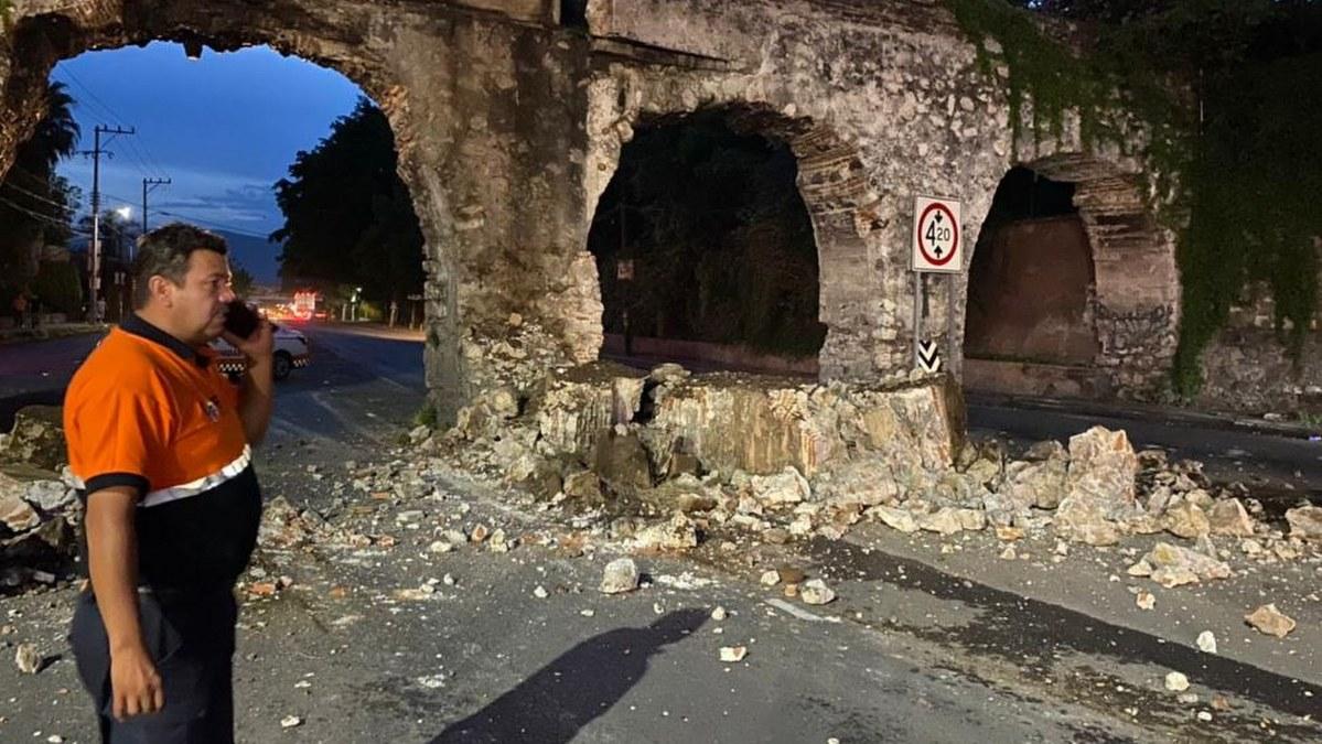 Camión con tubos de concreto destruye arcos históricos en Morelos 3