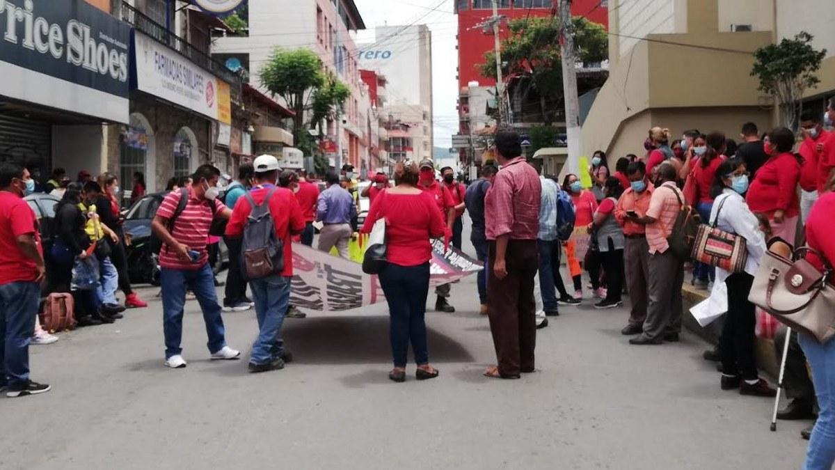 Empleados del Ayuntamiento de Chilpancingo bloquean calles del Centro; exigen salarios 2