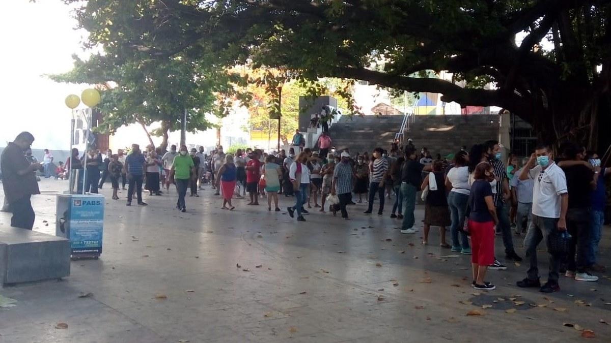 Acapulqueños y visitantes abarrotan las casillas especiales en el Zócalo 2