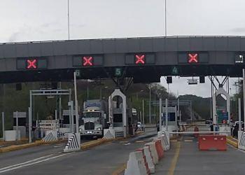 Normalistas de Ayotzinapa toman casetas de la Autopista del Sol 1