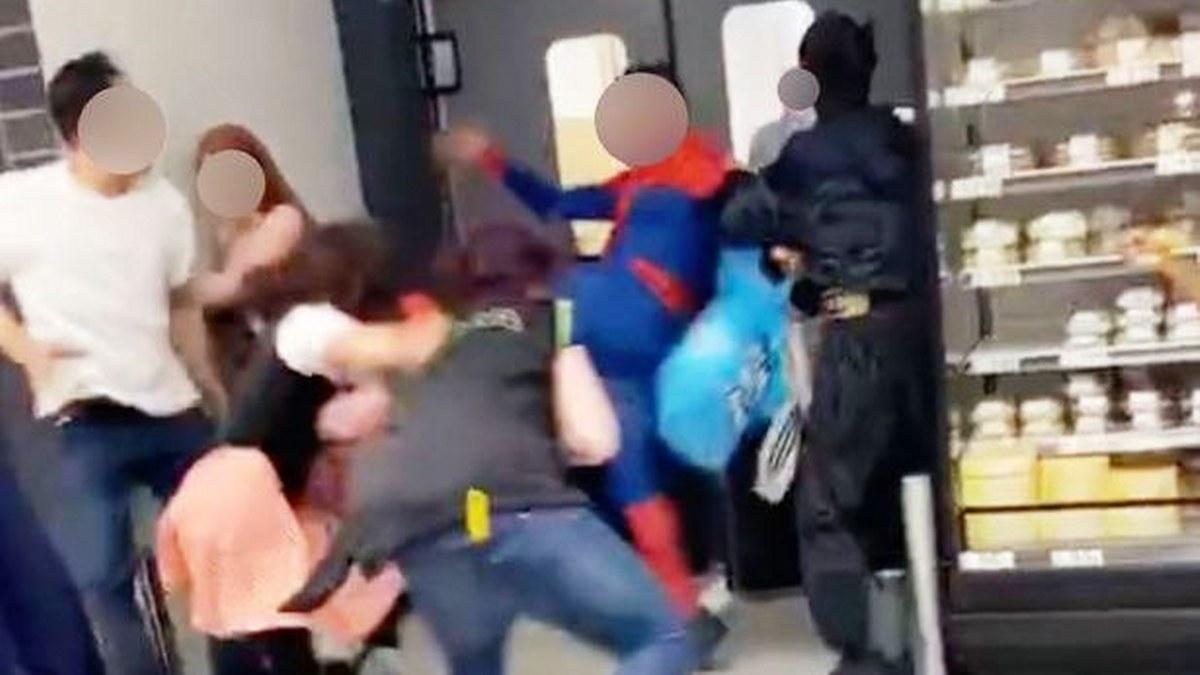 Spider-Man agarra a patadas a clientes y personal de una tienda; lo detienen |Fotos 3