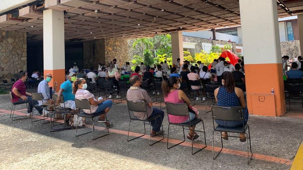 Acapulco: con mamás, amigos o pareja; la vacunación de centennials y millenials en imágenes 11