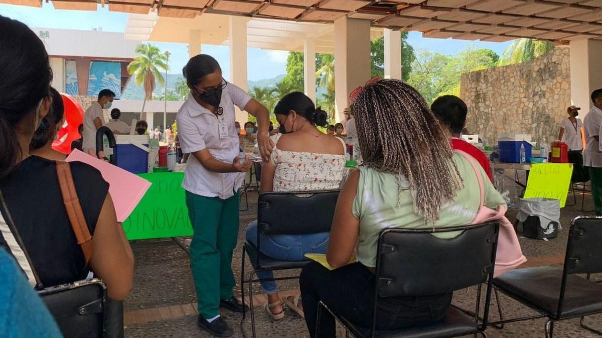 Acapulco: con mamás, amigos o pareja; la vacunación de centennials y millenials en imágenes 4