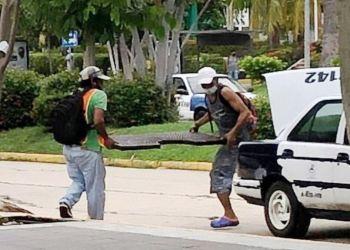 Acapulco: captan a ladrones desmantelando las jardineras del Centro de Convenciones 6