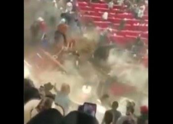 Toro salta y embiste a 10 personas en jaripeo de Michoacán 6