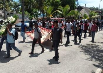 Normalistas de Ayotzinapa marchan en Acapulco; exigen a AMLO avances reales del caso 8