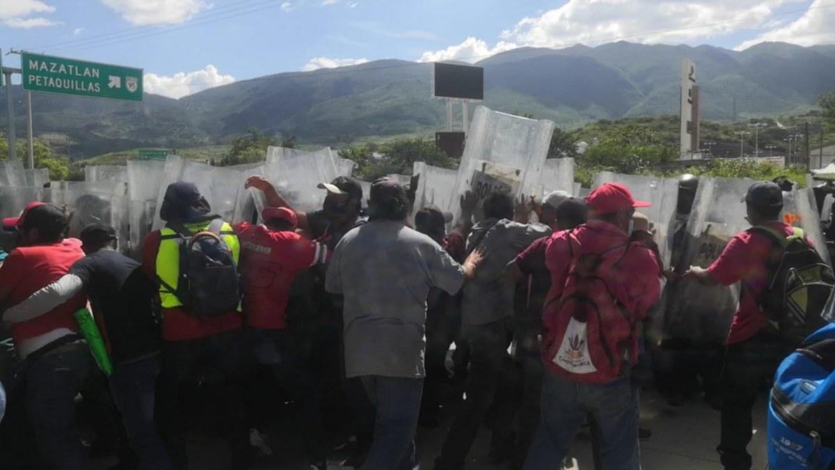Policías de Guerrero garrotean a empleados del ayuntamiento de Chilpancingo por exigir pagos 3