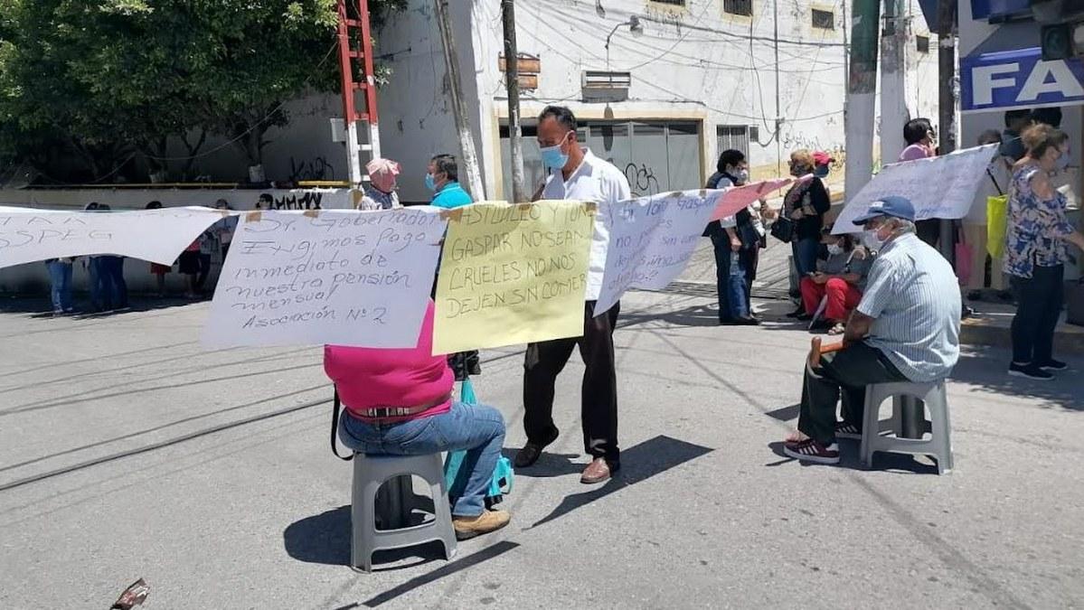 Pensionados y jubilados del ISSSPEG exigen a Toño Gaspar pagar los 230 mdp que adeuda 1