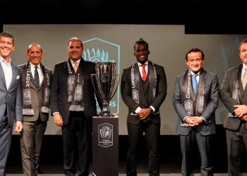 Victor Montagliani, titular de la Concacaf; el Comisionado de la MLS, Don Garber, y el presidente ejecutivo de la Liga Mx, Mikel Arriola, durante la conferencia de prensa en Nueva York.