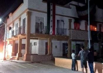 Asaltan y queman alcaldía en Chiapas en protesta por gobierno corrupto de alcalde de PVEM 4