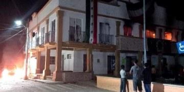 Asaltan y queman alcaldía en Chiapas en protesta por gobierno corrupto de alcalde de PVEM 8