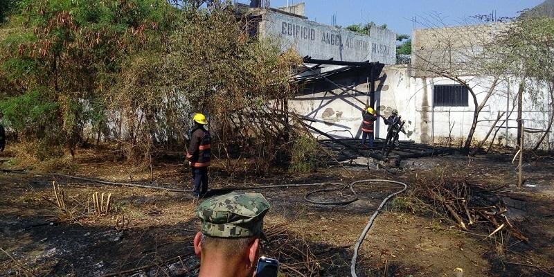 Los bomberos de Acapulco durante los trabajos para apagar el incendio.