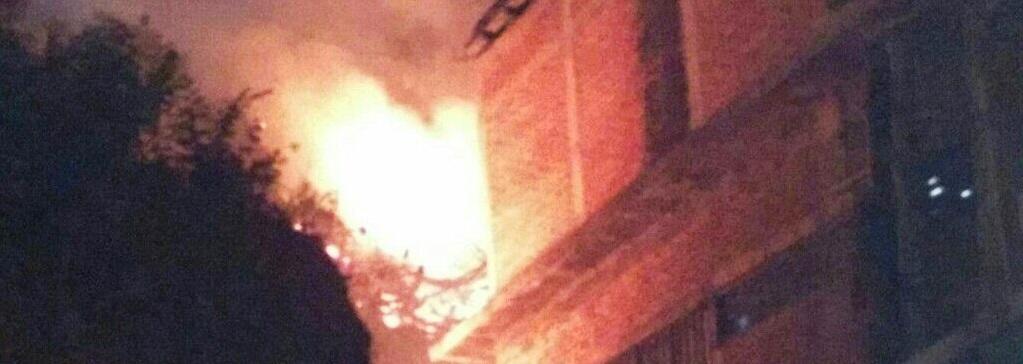 Vista del incendio cerca de una vivienda.