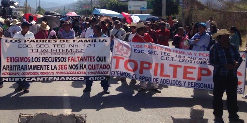Bloquean padres carretera en Chilapa; exigen maestros en secundaria