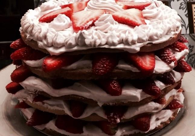 Bolo Pelado (Naked cake) de Morango