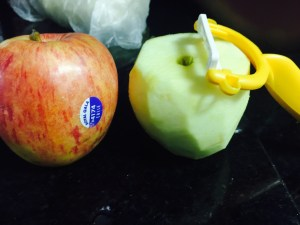 Torta de Maça Americana - descascar a maçã