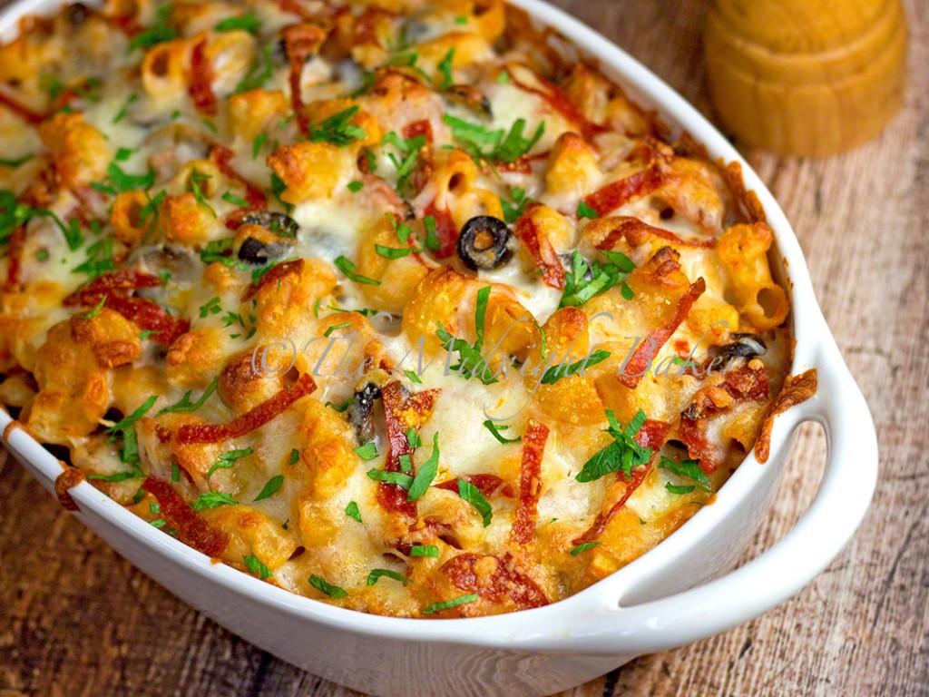 Loaded Pizza Pasta Casserole | bakeatmidnite.com | #pizza #casseroles #pasta