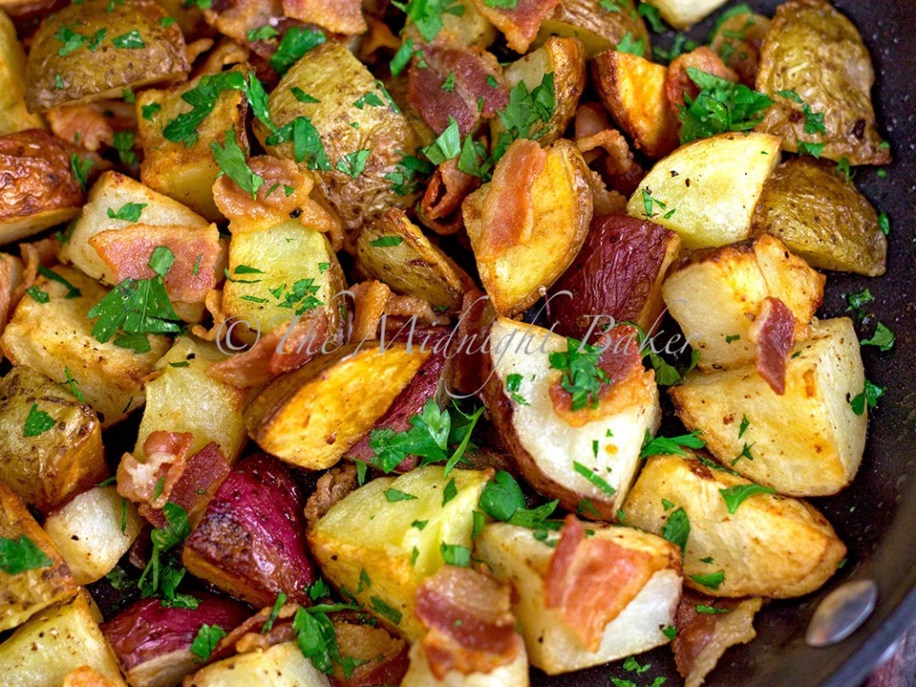 Bacon Parsley Roasted Potatoes   bakeatmidnite.com   #sidedishes #potatoes #bacon
